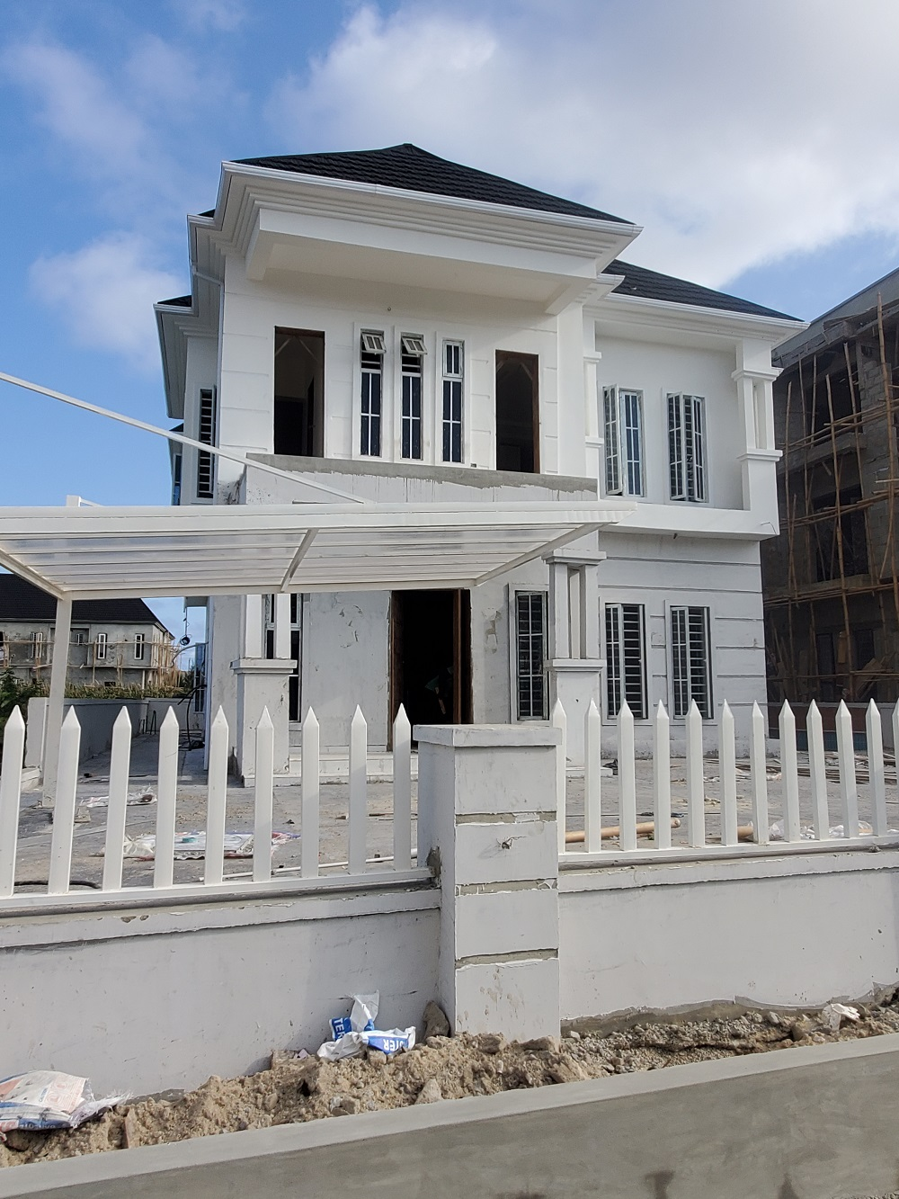 5 BEDROOM DETACHED HOUSE WITH SWIMMING POOL